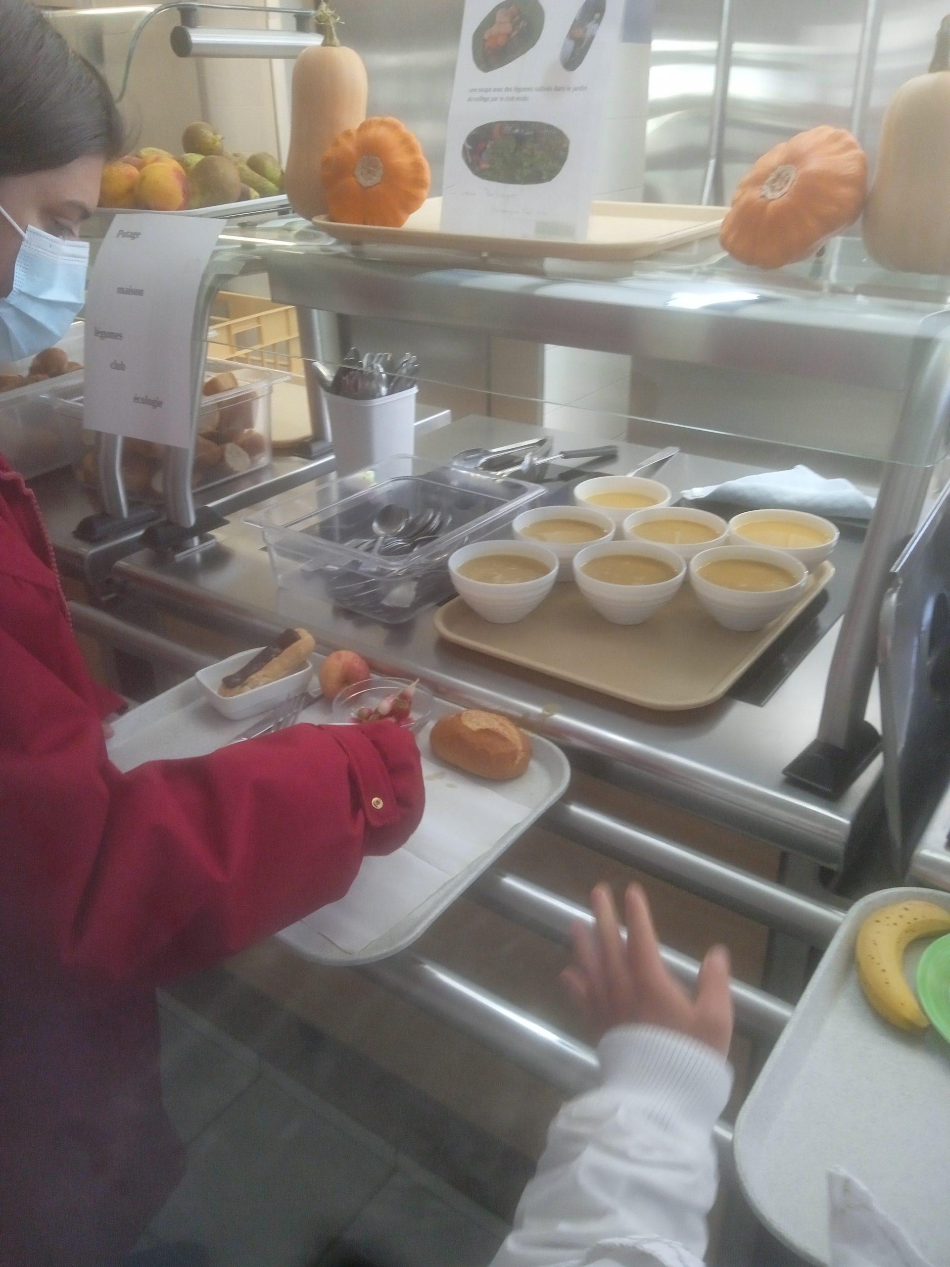 Manger local, quand la soupe est produite avec les légumes du jardin du collège